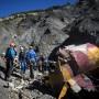 Equipos de rescate revisando restos del fuselaje del avión.