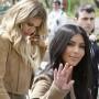 Kim y Khloe Kardashian en el Victory Park, en Armenia.