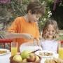 Ayudar en la mesa es un modo de educar a los niños.