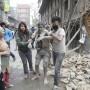 Personas liberan a un hombre de los escombros de un edificio derrumbado por el terremoto.