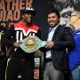 Mayweather y Pacquiao sostienen el cinturón esmeralda para la categoría welter del Consejo Mundial de Boxeo junto a sus entrenadores.