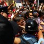 Momento en que estudiantes tratan de entrar a La Fortaleza.