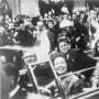 Los Kennedys y Los Connallys en la limosina presidencial momentos antes de su asesinato en Dallas,Texas.