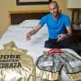 Pedraza muestra el set de pantalón y la bata que utilizará para la pelea.