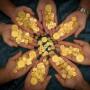 Monedas españolas de oro del siglo XVIII encontradas por cazatesoros en la costa de Florida.