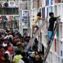 Filipinos usan escaleras para rendir tributo a los muertos.