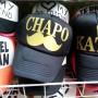 """Gorras a la venta en un mercado de la capital mexicana, alusivas al narcotraficante Joaquín """"El Chapo"""" Guzmán y la actriz Kate del Castillo."""
