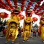 Bailarines hacen la danza del león en Ditan Park para celebrar el inicio del Año Nuevo Chino, en Beijing.