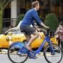 En esta imagen de archivo, un joven corre bicicleta en shorts y sin medias durante Nochebuena en Manhattan, en pleno invierno.