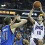 Omri Casspi, de los Kings de Sacramento, salta sobre Dirk Nowitzki durante la segunda parte del juego.