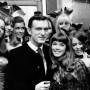 Hugh Hefner junto a Barbi Benton, actriz a la que se le vinculó sentimentalmente, en 1969.