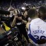 Stephen Curry es abrazado por Draymond Green luego de la victoria 125-104 sobre los Memphis Grizzlies.