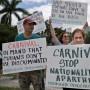 Varios cubanos-americanos protestaron frente a las oficinas de Carnival por la prohibición de venderles boletos para ir a la isla.