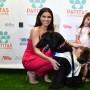 Roselyn Sánchez posa junto a su esposo Eric Winter, su hija Sebella Rose y sus perros Huesos y Rocío.