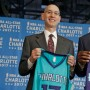 Adam Silver, comisionado de la NBA, junto a Michael Jordan, dueño de los Hornets de Charlotte.
