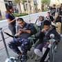Una empleada de Apple ofreció café a los fanáticos que esperaban fuera de la tienda en Los Ángeles.