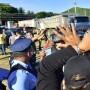 Momentos en que la p[olicia presionaba a los manifestante para que los camiones penetraran a las facilidades del vertedero de Industrial de Peñuelas