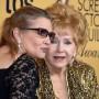 Debbie Reynolds (d) junto a su hija Carrie Fisher en una ceremonia en enero de 2015.
