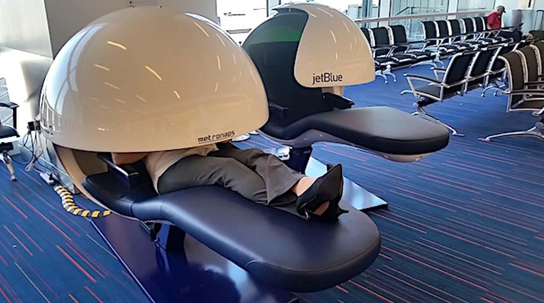 Fotos dormir en este aeropuerto nunca fue tan c modo for Sillas para dormir