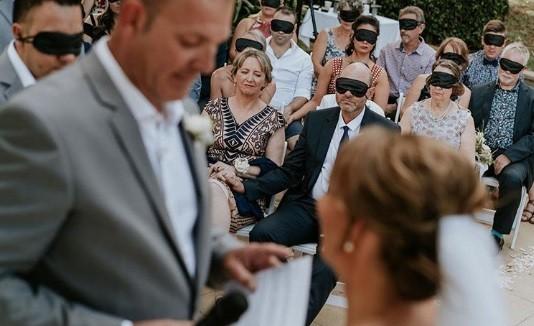790b518489 Una novia ciega pidió a sus invitados colocarse unos antifaces para que  tuvieran la misma experiencia que ella