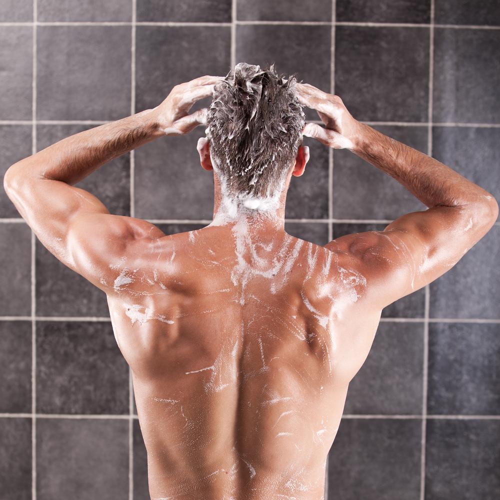 Голые спортсменки моются в душе после тренировки