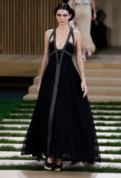 dc712375ce La modelo Kendall Jenner luce una de las creaciones de Karl Lagerfeld.
